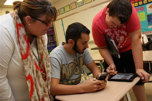 Angela Datz Blanco works w ith her Spanish II students as they complete an in-class assignment.